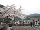 Les promeneurs du lac derrière Kyoto, Japon.