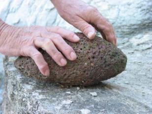 Molette en pierre servant de polissoir à l'époque des mégalithes.