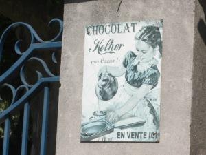Publicité ancienne du chocolat Kolher sur le muret d'une maison à Bedoin, Vaucluse. Photo E.G.