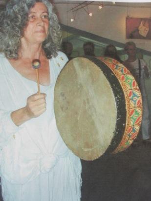 Eliette travaille au tambour chaman.