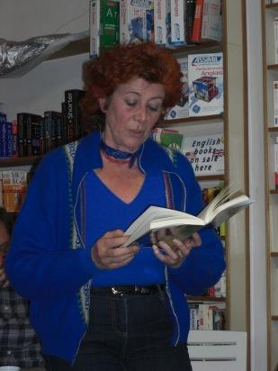 Eliette fait des lectures à la librairie de l'Horloge.