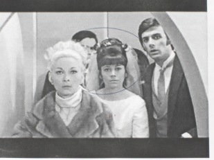 Eliette juste derrière sa soeur Claude Gensac, dans le film Hibernatus, d'Edouard Molinaro avec Louis de Funès..