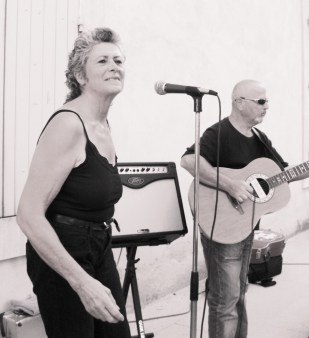 Eliette chante le blues en Vaucluse avec le groupe Top Blues Affair.