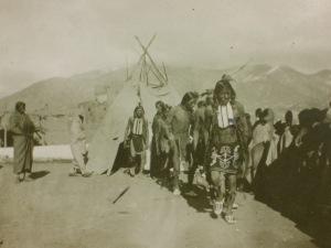 """Une """"Plain Dance"""" à Taos, Nouveau Mexique, photo de B.G. Randall sur carte postale éditée à Santa Fe par Las Quince Letras."""